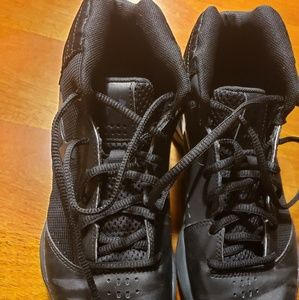 Boys size 5 Under Armour Basketball shoes